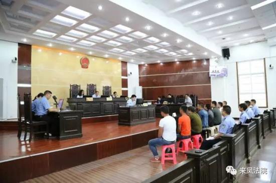争夺参赌人员持械火拼 八名嫌犯在来凤法院...