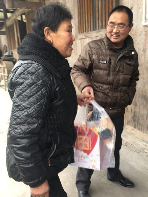 来凤县法院认真开展扶贫日活动